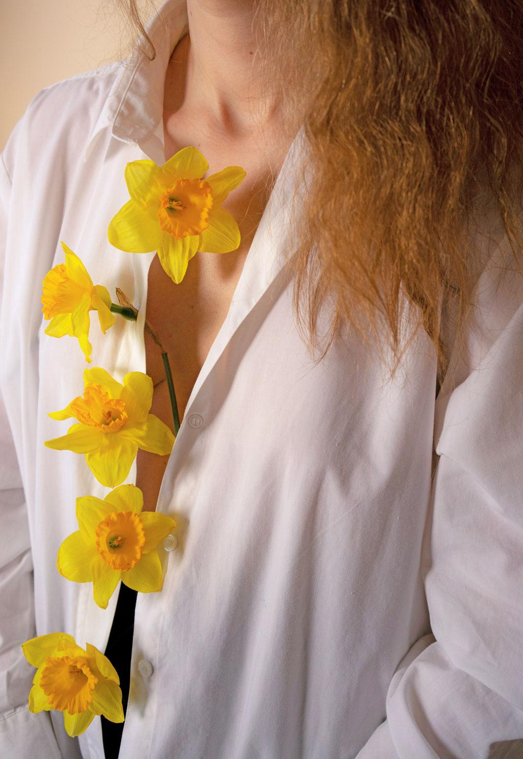 Femme avec des fleurs sur la poitrine